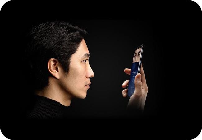 Samsung Galaxy S8+ za skanerem linii papilarnych i tęczówki oka